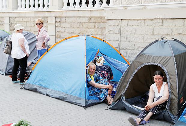 Сторонники Демократической партии Молдовы возле здания Министерства внутренних дел во время митинга в Кишиневе