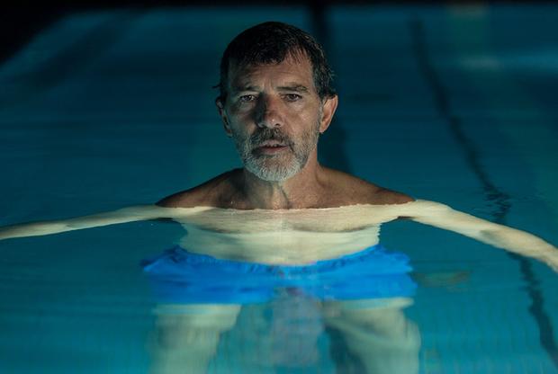 Педро Альмодовар в «Боли и славе» отошел от привычной бурлескной эксцентрики, чтобы впервые в карьере эксплицитно, откровенно и искренне заговорить о самом себе, собственных тревогах, болезнях и страхе одиночества и смерти, — через историю пожилого и заслуженного режиссера, который героином и ностальгией заглушает зуд застарелых ран и травм. Награжденный недавно в Каннах Антонио Бандерас, который сотрудничает с испанским классиком уже почти тридцать лет, при этом исполняет роль альтер-эго Альмодовара — и это его заслуга в том, что «Боль и слава» из драмы автобиографической, персональной вырастает в картину универсальную, понятную и пронзительную для каждого. С 12 июня.