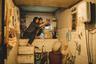 Победителю недавнего Каннского фестиваля — корейцу Пон Джун-хо, который благодаря картинам вроде «Вторжения динозавра», «Воспоминаний об убийстве» и «Сквозь снег» давно зарекомендовал себя как один из лучших в мире режиссеров жанрового кино, удалось снять ленту одновременно авторскую, уникальную по стилю и манере повествования и зрелищную, держащую внимание бесперебойным потоком сюжетных твистов и эффектных приемов. История нищего семейства, которое обманом и артистизмом втирается в доверие к другой, напыщенно буржуазной семье, в руках Пона превращается в слепок травмированного состояния умов и душ в корейском обществе — а вслед за ним и во всей современной жизни. С 4 июля.
