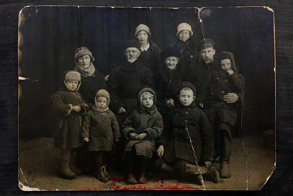 Фотография семьи Николая Михайловича в Мологе. Дедушка с бабушкой, отец, мать, он сам на руках у отца, мамины сестры со своими детьми и старший брат Николая
