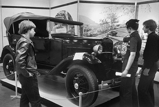 Первым массовым советским автомобилем стал ГАЗ-А (1932-1936 годы) — лицензионная копия Ford A. Автомобили практически не поступали в свободную продажу, а распределялись по ведомствам и предприятиям.