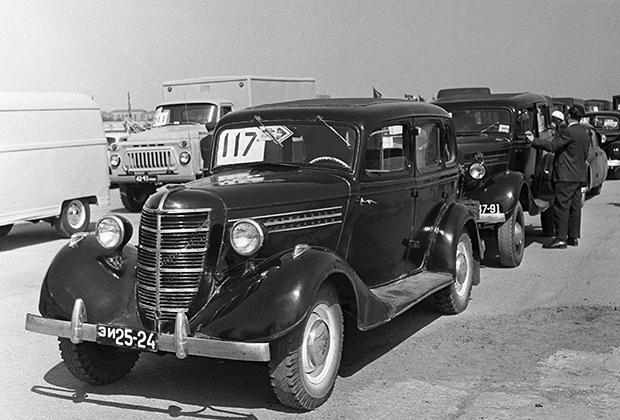 На замену ГАЗ-А пришел ГАЗ-М1 (1936-1942 годы) — мрачный символ Большого террора. Именно на этих машинах офицеры НКВД приезжали по ночам за особо важными «врагами народа».