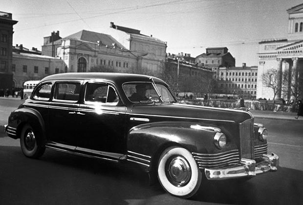 ЗИС-110 (1945-1961 годы) внешне был практически двойником Packard 180, зато именно этот автомобиль стал первой отечественной машиной, которую использовал лидер СССР. Боявшийся покушений Сталин ездил на откидном кресле в центре машины, сажая спереди и сзади охранников.