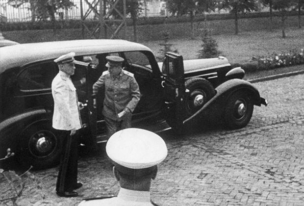 Любимой машиной Сталина был бронированный Packard c двенадцатицилиндровым двигателем и заказным кузовом. Любовь лидера СССР к Packard привела к тому, что ЗИС-110, ЗИЛ-111 и ГАЗ-13 «Чайка» были выполнены в стилистике этой марки.