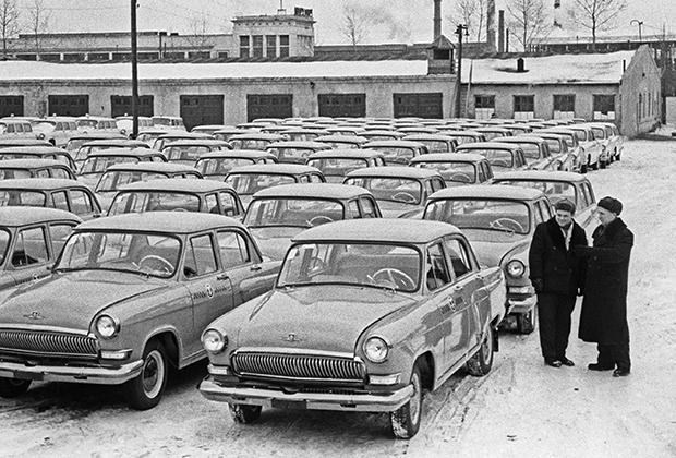 ГАЗ-21 «Волга» (1956-1970 годы) уступала ЗИМу по размерам, но выглядела современнее, была мощнее, быстроходнее и по проекту должна была оснащаться автоматической коробкой передач.