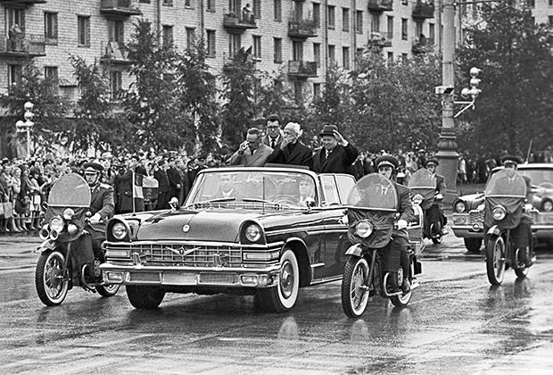 ЗИЛ-111 (на переднем плане) и ГАЗ-13 «Чайка» (на заднем плане) внешне были очень похожи — единственный раз в истории старшее и младшее поколение советских представительских машин было выполнено в единой стилистике. В дальнейшем этого старались избегать, четко показывая, кто тут член ЦК, а кто— простой областной вожак.
