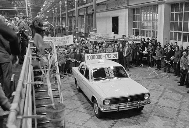 ГАЗ-24 «Волга» (1967-1985 годы) должен был стать массовым еще в конце 1960-х, но замедлявшаяся советская экономика смогла развернуть крупносерийное производство лишь три года спустя. В советские времена машина так и не получила полноценного преемника, ограничившись лишь обновлением в 1985 году, когда в серию пошла ГАЗ-24-10.
