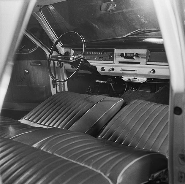 Именно ГАЗ-24 «Волга» был самым роскошным автомобилем, доступным советским гражданам в период застоя. Такие машины работали в такси, милиции, КГБ, возили старших офицеров, государственных и партийных работников муниципального уровня.