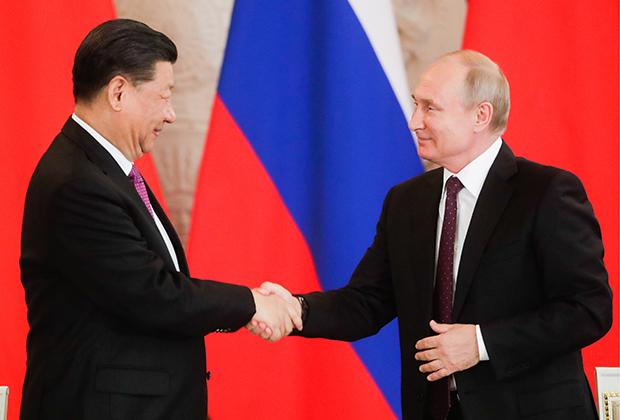 Председатель КНР Си Цзиньпин и президент РФ Владимир Путин (слева направо) после заявления для прессы по итогам российско-китайских переговоров в Кремле, 5 июня 2019