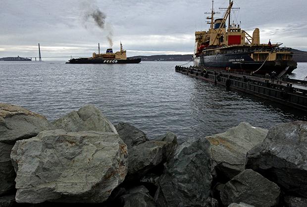 Ледокол «Красин» (слева) транспортной группы FESCO во время швартовки в порту Владивостока. Ледокол завершил навигацию в восточном районе Арктики, во время которой осуществлял проводку судов по трассе Северного морского пути.