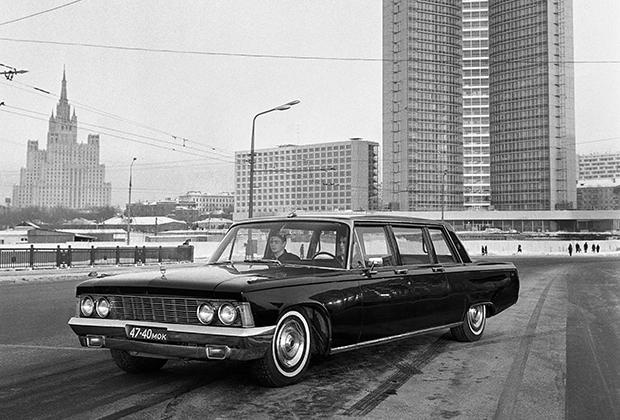 Леонид Брежнев стал единственным генсеком, которого обслуживало несколько поколений лимузинов. Начинал генсек на ЗИЛ-111Г, в 1967 году ему на замену пришел ЗИЛ-114, а в 1978 году — ЗИЛ-4104.