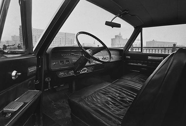 В отличие от современных машин представительского класса, у советских машин натуральной кожей отделывали лишь переднюю часть салона, предназначенную для водителя и охранника. Задняя часть отделывалась английским сукном и велюром.