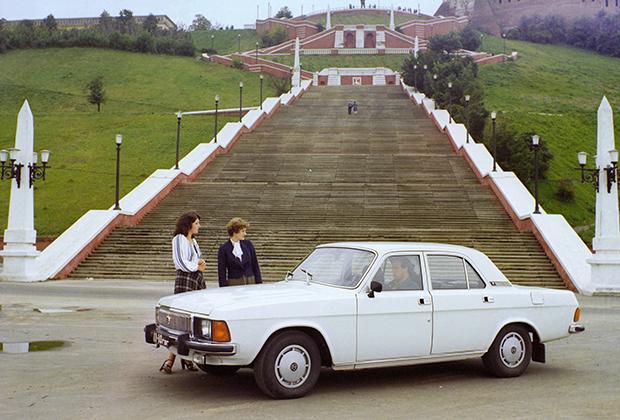 ГАЗ-3102 «Волга» (1981-2008 годы) стала продуктом застоя. Денег на полноценную замену ГАЗ-24 более современной моделью не нашлось, поэтому для чиновников низового уровня выпустили гибрид: кузов и техника от старой модели с некоторыми элементами дизайна перспективной модели ГАЗ-3101, так и не пошедшей в серию.