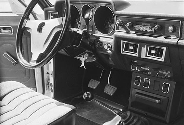 В салоне нового автомобиля ГАЗ-3102 все свелось к обновленному дизайну. Ни кондиционера, ни усилителя руля водители-персональщики так и не получили.