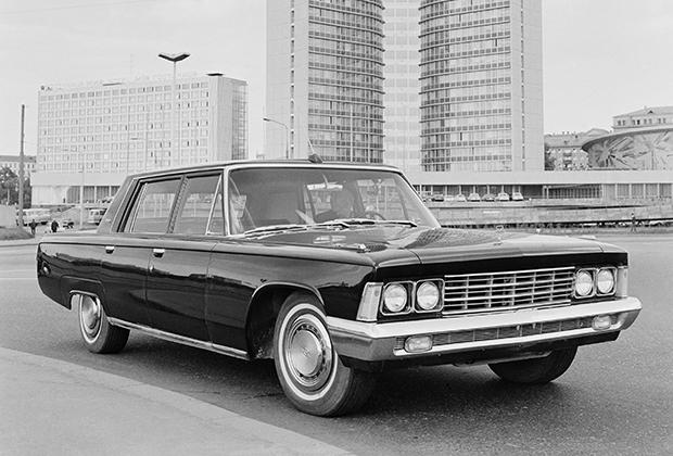 В начале 1970-х годов впервые в истории семейство представительских автомобилей высшего класса разрослось до четырех машин. Помимо базового лимузина, его бронированной версии и парадного кабриолета появился короткобазный седан ЗИЛ-117 (1971-1978 годы). Такие машины Брежнев любил лично водить на отдыхе.