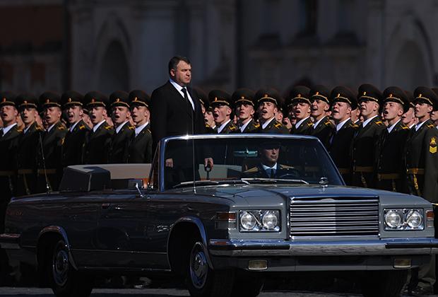 Своя иерархия существовала и у парадных кабриолетов. Московские парады принимали на ЗИЛах разных поколений, парады в центрах военных округов — на «Чайках», а в менее статусных городах — на самодельных ГАЗ-24 «Волга» без крыши и УАЗах.
