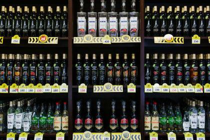 Россиянам решили затруднить покупку алкоголя и сигарет