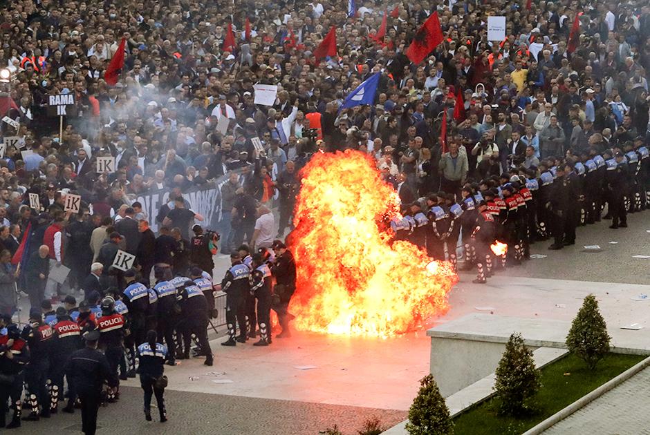 Протестующие бросают в полицию бутылки с зажигательной смесью
