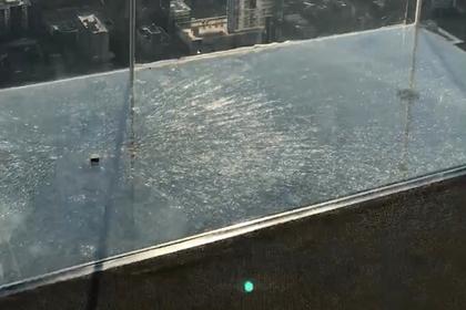 Стеклянный пол аттракциона лопнул под ногами напуганных туристов