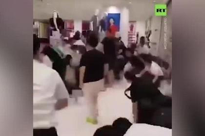 Покупатели подрались на полу из-за одежды и рассмешили пользователей сети