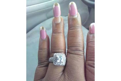 Невеста похвасталась большим кольцом и была высмеяна за маникюр