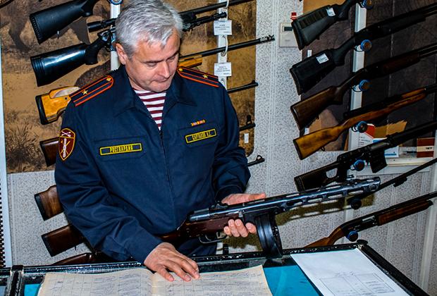 Осмотр оружия инспектором Росгвардии