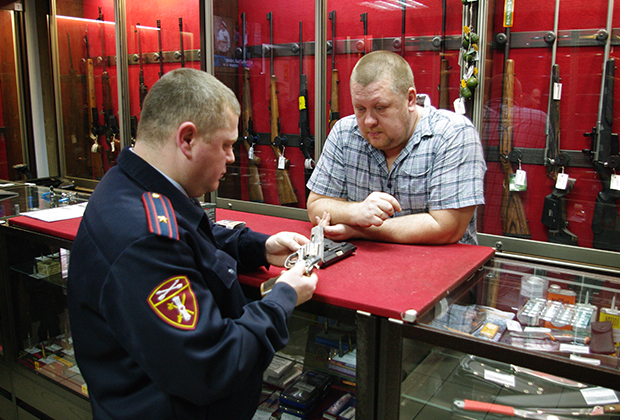 Инспектор Росгвардии проверяет оружейный магазин