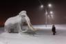 Когда-то в Якутии обитали мамонты. В 2010 году на южном побережье моря Лаптевых была найдена мумия мамонтенка, погибшего 28 тысяч лет назад в возрасте 6-9 лет. Находку прозвали Юкой. Но на фото не настоящий мамонт, а фигура реликтового животного на парковке местного музея «Россия — моя история».