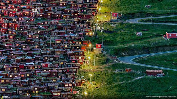 «Фотография была сделана в буддийском институте Ларунг Гар, расположенном в 14 часах езды по горной дороге от одноименного города в Тибете. Слева расположены маленькие красные дома, в которых живут монахи, а справа — пустые зеленые дороги. Яркое освещение помогает им найти путь домой. Мне очень повезло сфотографировать это место в его оригинальном состоянии, за последние годы многое изменилось», — комментирует свой снимок фотограф Жуньхуй Фан.