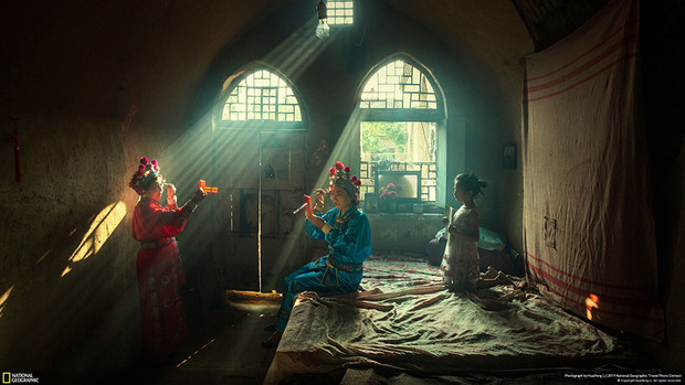 Актеры готовятся к вечернему оперному представлению в уезде Личэн, что в китайской провинции Шаньси. «Я провел с ними весь день — от гримирования до выступления. Я фотограф-фрилансер, и серия фото «Пещерная жизнь» —длительный проект, над которым я работаю. В Китае есть Лёссовое плато, на котором местные жители роют пещеры в земле и обустраивают в них дома, рестораны и театры, чтобы пережить зиму с ее холодными ветрами», — рассказывает автор фото Хуайфень Ли.