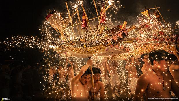 Снимок «Как приручить дракона» был сделан в первую ночь полнолуния в китайском лунном году, которая символизирует единство и совершенство. Ежегодно люди в городе Мэйчжоу в рамках праздничного Фестиваля фонарей исполняют танец огненных драконов, сопровождающийся фейерверками, искрами и шумом. Эта традиция уходит корнями во времена династии Цин и является нематериальным культурным наследием.
