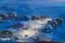 Упернавик — небольшая рыбацкая деревушка и столица одноименного муниципалитета на западе Гренландии. Все дома тут по старой гренландской традиции имеют разный цвет в зависимости от своей функции. Например, магазины — красные, а дома рыбаков — синие. Эта фотография была сделана Веймином Чу во время его трехмесячного пребывания в Гренландии, когда фотограф снимал жизнь местных жителей.