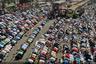Верующие молятся прямо на улицах города Дакка во время одного из крупнейших в мире съездов мусульман Бишва иджтима, который ежегодно проходит в столице Бангладеш. Люди заполоняют весь центр города, движение во время молитвы останавливается.