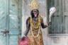 На улицах Калькутты, второго по размеру города Индии, все реже можно встретить бохурупи — ряженых, которые облачаются в костюмы индуистских божеств, таких как Шива. Таким образом они зарабатывают себе на жизнь.  <br><br> Раньше ряженые были повсюду — на рынках, в местах религиозного культа и в других проходных точках города. Но теперь бохурупи — исчезающая профессия. С ними можно столкнуться разве что в особые дни или на фестивалях и ярмарках.  <br><br> Автор серии объясняет исчезновение ряженых изменениями в индийском обществе, которое адаптируется к новым требованиям и отказывается от части своей идентичности.