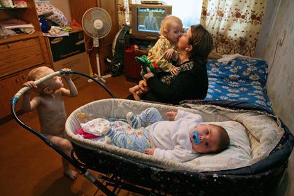 Половина российских семей с детьми оказалась за чертой бедности
