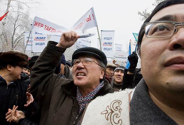Акция протеста против просьбы Китая разрешить арендовать земли в Казахстане для выращивания сельскохозяйственных культур.