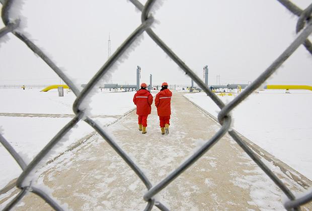 Китайские рабочие на газостанции Отар газопровода Туркменистан— Китай примерно в 130 километрах от Алматы. Трубопровод начинается у туркменского газового месторождения, разработанного китайским предприятием. CNPC знаменует собой новую веху в стремлении Пекина к контролю за неиспользованными энергоресурсами Центральной Азии.