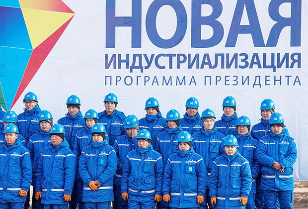 Рабочие на церемонии открытия цементного завода, построенного совместно китайской группой Gezhouba и казахстанской компанией Corporation DANAKE.