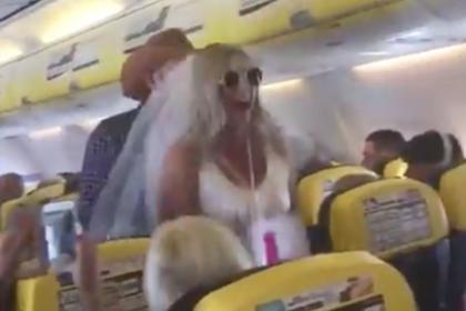 Девушки отметили девичник на борту самолета и разъярили пассажиров