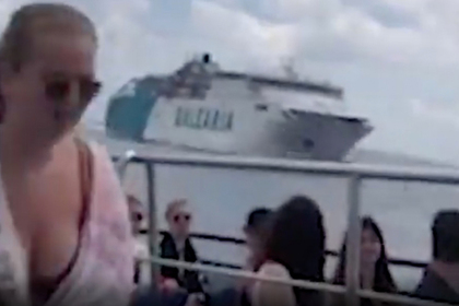 Гигантский круизный корабль почти врезался в маленький паром и попал на видео
