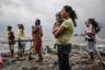 Под внимательным взором местных жителей рабочие ищут подлежащие вторичной переработке материалы, оставшиеся от домов, которые были уничтожены сильным ветром и штормом в городе Навотас столичного региона Манила, Филиппины. В результате тропического шторма «Кардинг» (международное название «Яги») значительная часть метрополии была затоплена, и тысячи людей остались без крова.
