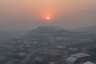 Солнце всходит над Кутупалонгом — самым крупным лагерем беженцев народа рохинджа в Бангладеш и вторым по размеру лагерем беженцев во всем мире. Сюда из Мьянмы стремятся практически все мусульмане рохинджа, подвергшиеся геноциду на родине. Лагерь существует с 1991 года и продолжает разрастаться. Кутупалонг значительно расширился в 2017 году, когда рохинджа устремились сюда в надежде на защиту от массовых убийств и изнасилований, после чего численность лагеря составила 600 тысяч человек.