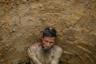 Массовая миграция на юг Бангладеш была непредвиденной и обернулась экологическим кризисом. Лагеря рохинджа не справляются с  огромным объемом отходов, которые стали источником заболеваний. По данным ВОЗ за декабрь 2017 года, 88 процентов проб воды, взятых в домохозяйствах, были заражены кишечной палочкой. На фото — 60-летний Абдель Салам в выгребной яме, которая затем послужит отхожим местом.