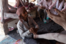 Помощник Сумера массирует ему ноги, а Сумер своей шестипалой рукой показывает, на каком месте сосредоточить усилия. Гуру Радшив, воспитавший его в традиции нага-бабы, считал шестой палец на левой руке мальчика знаком Шивы. Это до сих пор вызывает у Сумера гордость.