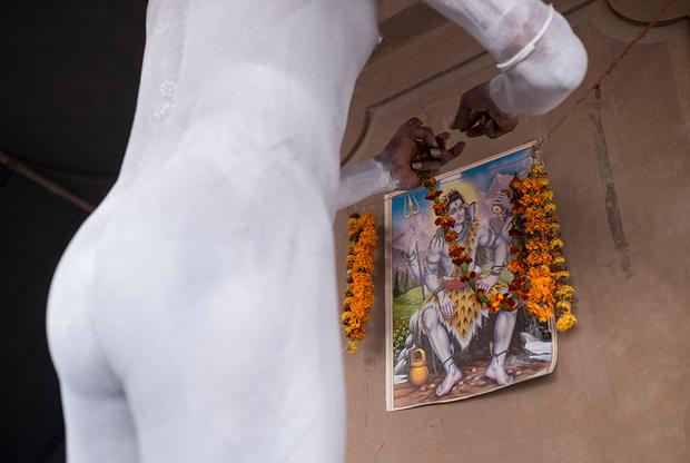 В лагере на самом видном месте висит изображение Шивы — верховного божества в шиваизме. Его ежедневно украшают гирляндами желтых цветов. Их выбирают за цвет, который символизирует мудрость, и тщательно следят, чтобы они не были мятыми или грязными.