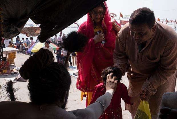 <p>В Варанаси — фестивальное время. Толпы паломников прибывают в город, чтобы испить из священного Ганга и посмотреть на садху. Хотя до полудня еще далеко, в лагере Сумера успели побывать человек сто.  <p>Сумер сам подзывает паломников жестом руки, благо место для этого шикарное, проходное. Отказать нельзя — не то плохая карма на всю жизнь. Каждый посетитель что-то оставляет. Кто-то — монетку, другие хотят карму получше и дают 50 или 100 рупий (около 50 или 100 рублей).   <p>Мимо идут немецкие туристы, исподтишка фотографируют нага-бабу. Сумер тычет в их сторону посохом и говорит сквозь смех: «Зис пипл ар крейзи!»
