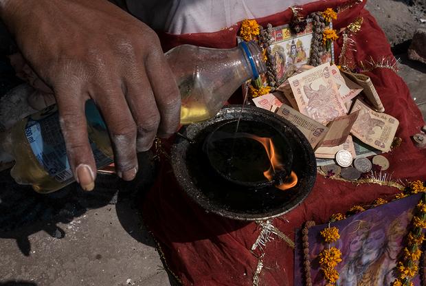 В лагере есть алтарь, на который паломники кладут монетки и купюры в благодарность за благословение. Рядом Сумер поставил фотографию, которую какой-то американец сделал на Polaroid. На ней нага-баба позирует со своим учеником Акашем, который изучает санскрит и собирается стать монахом. Акаш частенько заходит в лагерь Сумера, чтобы поговорить с учителем и помочь по хозяйству — к примеру, сходить в магазин.