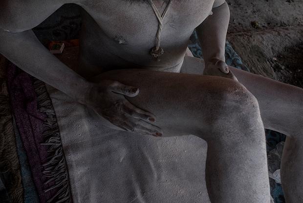В толпе белый торс Сумера, шагающего по берегу Ганга голышом, похож на призрак. Иностранцам это может показаться диким, но местные считают нага-бабу материальным воплощением Шивы. Для них Сумер и его товарищи — это носители мудрости, учителя, к которым ходят за советом или благословением.