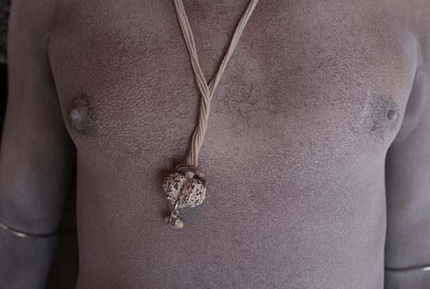 Амулет на груди у Сумера сделан из плода рудракши — вечнозеленого широколиственного дерева, которое растет в предгорьях Гималаев. Этот предмет защищает его от сглаза. На руках Сумер носит браслеты из белого золота. Эта атрибутика отсылает к Шиве и змеям, которых он контролирует.