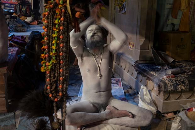 Паломники верят, что садху может излечить их болезни — как психические, так и физические. Чтобы прикоснуться к святым, люди приезжают из других уголков страны.